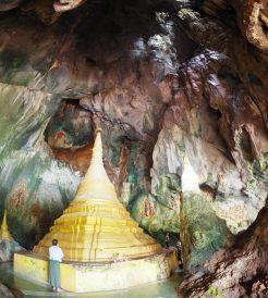 Vue grand angle d'une stupa à l'intérieur de la grotte de Yathaypyan