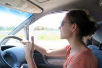 Elise au volant de notre Campervan