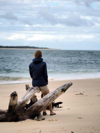 Elise contemplative devant l'île Fraser