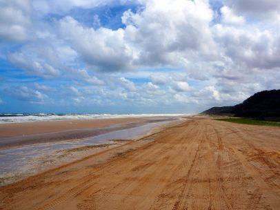 Vue sur la plage sauvage de l'île