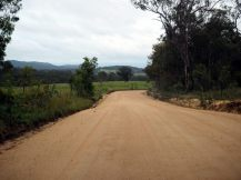 Soudainement la route goudronnée devient une piste en terre...
