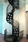 Escalier d'époque permettant d'accéder aux différents étages