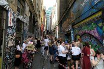 Une allée réputée de street art envhaie par des fans d'un des chanteurs de One Direction, en concert le soir même