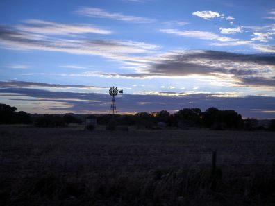 Une éolienne pompe l'eau d'un puit