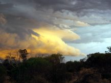 Nuage de l'orage dans la lumière du coucher de soleil