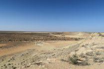 Vue sur le désert qui borde la route