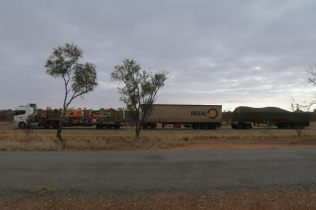 Un road train sur la route vers Exmouth