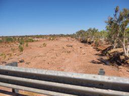 Une rivière assechée sur la route