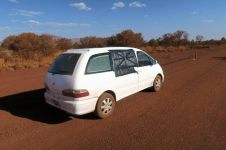 Réparation de fortune sur le bord de la piste après s'être fait exploser la vitre arrière en croisant un véhicule