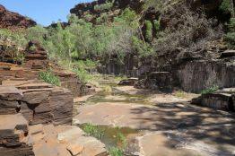 Le lit de la rivière, pratiquement asseché à cette période