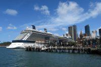 Un énorme bateau de croisière dans le port de Sydney