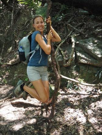 Elise joue à Tarzan avec une lianne