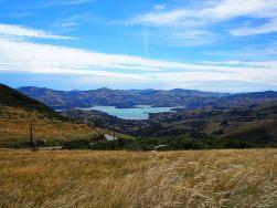 Vue sur les montagnes qui entourent la ville de Akaroa dans la péninsule de Banks