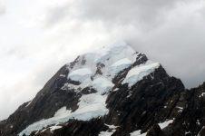 Vue sur le mont Cook, dont le sommet se distingue au travers des nuages