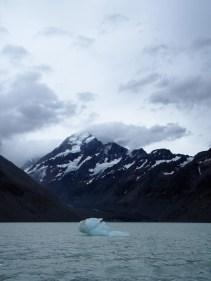 Iceberg flottant sur le lac Hooker au pied du Mont Cook