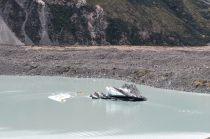Un iceberg dans le lac... Notez la taille des deux bateaux jaunes à coté