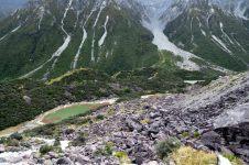 """Vue sur les """"blue lakes"""" depuis le haut de la moraine du glacier Tasman"""