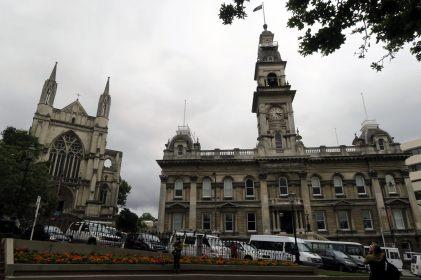 Eglise et hôtel de Ville sur la place octogonale de Dunedin