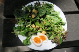Salade maison ! au menu : salade de graines et fromage avec des oeufs mollets hummmmm :p