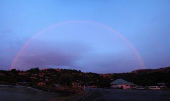 En face du coucher de soleil, un arc-en-ciel complet !