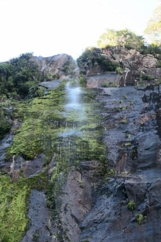 Une chute d'eau temporaire alimentée par les récentes pluies