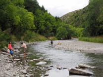 """La rivière Arrow, où touristes et passionnés cherchent de l'or - C'est aussi un lieu de tournage d'une scène du film """"Le seigneur des anneaux"""" (Ford of Bruinen"""", passage où Arwen """"noie"""" les Nazguls qui pourchassent les petits hobbits)."""