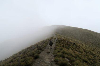 """Elise sur """"l'arête sommitale"""" de Isthmus peak, bien encombrée de nuages..."""