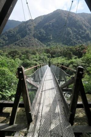 Un pont de bois qui surplombe la rivère laissé par le glacier