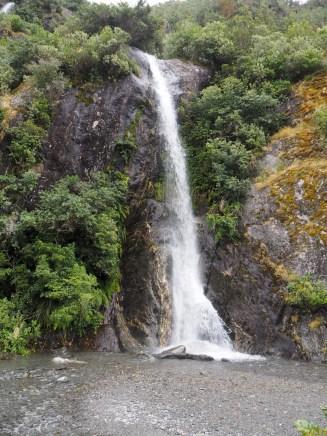 Sur le chemin vers le glacier Franz Josef, des cascades d'eau