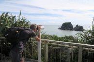 Julien observe les mouettes sur le rocher d'en face. Baie de Tarauga.