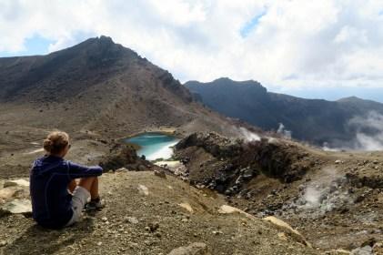 Elise contemple l'un des Emerald Lakes (Tongariro Alpine Crossing)