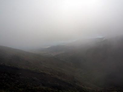 La vue en entamant la descente de l'autre côté (Tongariro Alpine Crossing). Une magnifique mer de nuages !