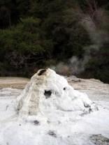 "Le geyser ""Lady Knox"", parc thermal de Wai-o-tapu, avant son ""activation"""