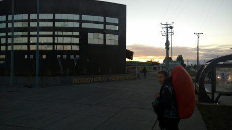 Embarquement pour le bus de Perto Natalas (Chili) à El Chalten (Argentine). Il est 7h du mat'...