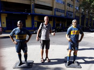 Julien pose devant des statues d'anciens joueurs de la Boca. Qui saura les reconnaitre ?