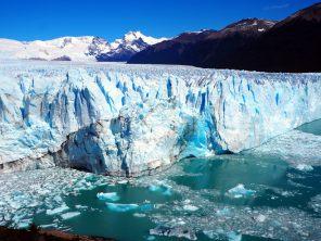 Front du glacier Perito Moreno. Détail de la zone de séparation d'une grande plaque de glace (la glace est bleue à l'endroit de la séparation)