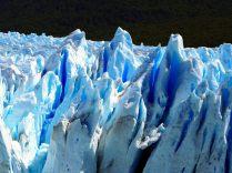 Nuances de bleu de la glace fondue au sommet du glacier