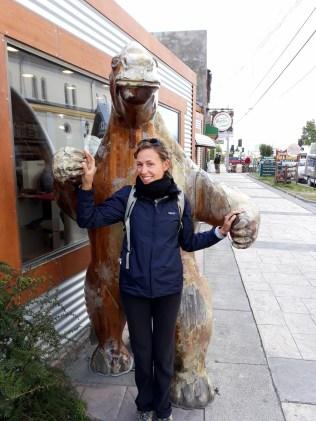 Elise pose avec une reproduction du Milodón, un animal de Patagonie aujourd'hui disparu
