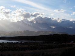 Les Torres de loin, au coucher du soleil. Parc National Torres Del Paine