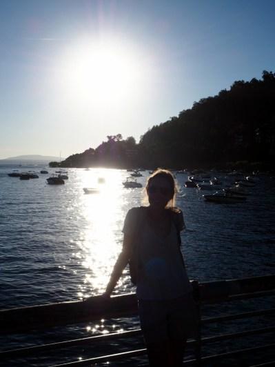 """Elise devant le """"port"""" de Pucon"""