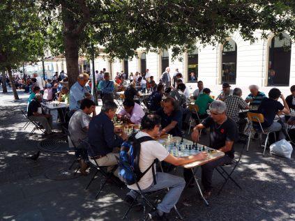 Joueurs d'échecs sur la Plaza de Armas à Santiago