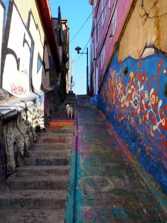 Escaliers à Valparaiso. La partie lisse est un ancien lavoir à vètements