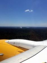Arrivée en avion à Puerto Iguazu en Argentine, on peut dejà voir les embruns de la Gorge du Diable au milieu de la foret tropicale !