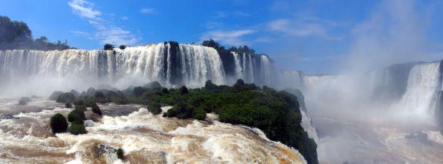Panorama des chutes d'Iguazu, coté Brésilien. A droite au fond, la gorge du diable
