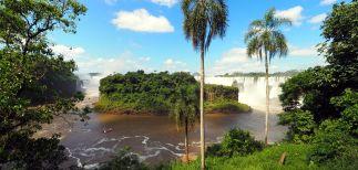 Vue des chutes d'Iguazu depuis le coté Argentin (à l'avant plan, l'île Saint Martin)