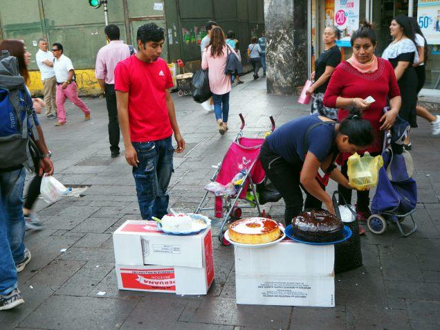 Des énormes gateaux en vente dans la rue... ça donne envie hein !? (ou pas) :)