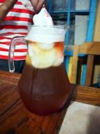 Le fameux cocktail Terremoto. Il s'agit d'un cocktail fait avec du vin, du pisco, et de la glace à l'ananas (parfois aussi de la grenadine)