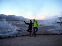 Geysers du Tatio avant le lever du soleil, il fait bien bien froid... on se rechauffe comme on peu !