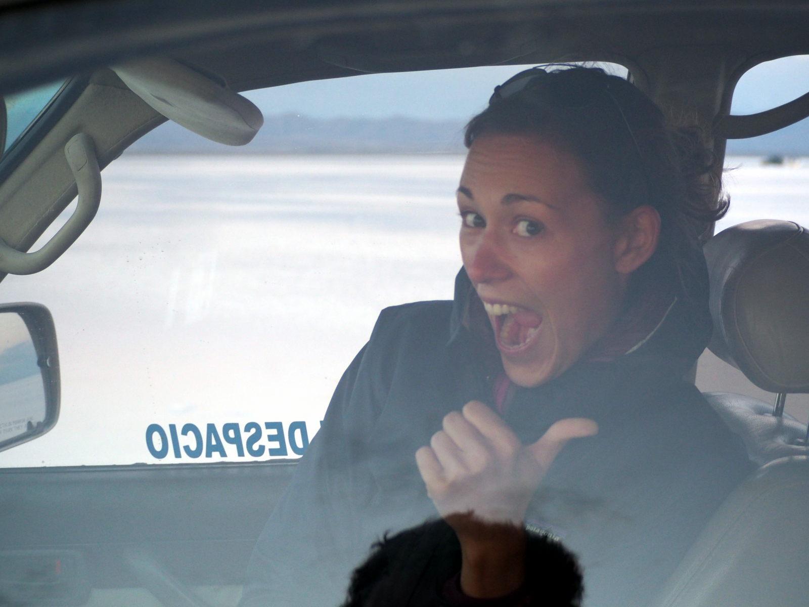 Elise se réfugie au chaud dans la voiture, lors du couché de soleil au salar d'Uyuni