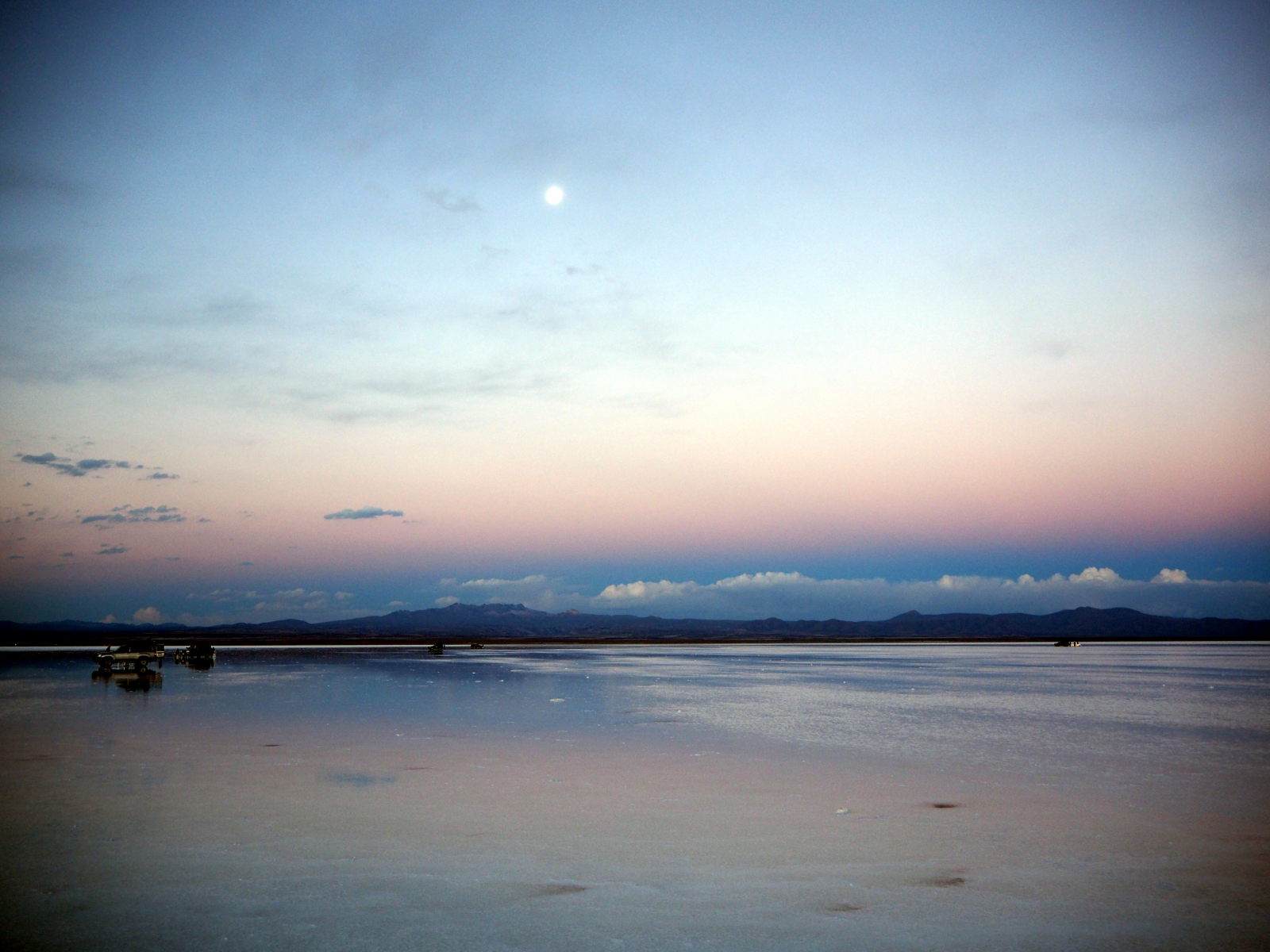 Salar d'Uyuni, la lune apparait dans le ciel après le coucher de soleil